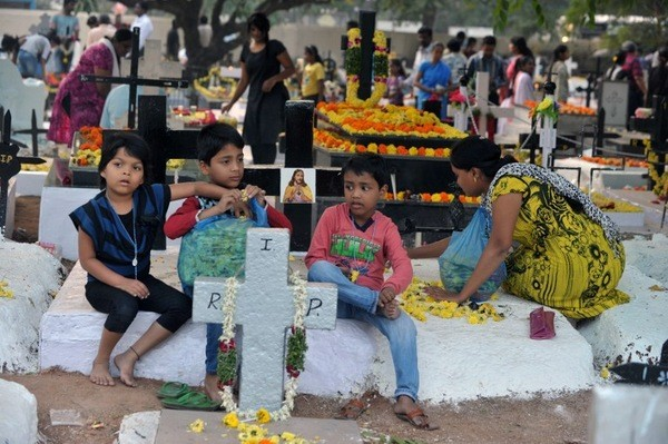 Des-enfants-indiens-chretiens-cimetiere-decore-tombes-pour-commemoration-fideles-defunts-lendemain-Toussaint-Hyderabad-2-novembre-2015_1_730_399