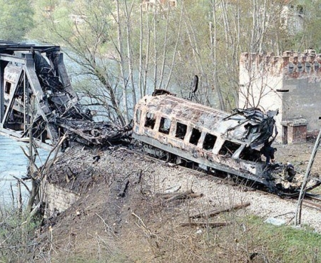 Tren de călători atacat de aviaţia NATO.